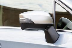 Зеркала заднего вида крепятся на двери, оснащены указателями поворота