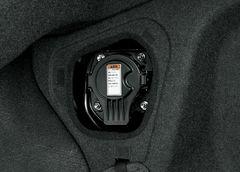 Разъем стандарта CHAdeMO, подает постоянный ток. При использовании опционального конвертера Mirai можно использовать как мобильную электростанцию (мощность до 9 кВт, запас энергии до 60 кВт-час)