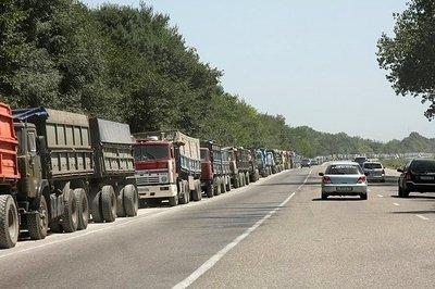 На трассе в сторону Новороссийска вдоль обочины стоят километры зерновозов, ожидающих погрузки на корабли.