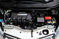 как и в honda insight, в honda fit hybrid система ima работает совместно с 1,3-литровым двигателем i-vtec. система «integrated motor assist» помогает двигателю при разгоне, торможении и на протяжении всего пути, присутствует характерная для гибридных автомобилей функция рекуперативного торможения. во время пробных тестов эффективность расхода топлива fit составляла 29,0 км/л, уступая по этому показателю insight на 1 км/л. однако благодаря проведенным усовершенствованиям эта модель стала на 70 кг легче, чем insight, аэродинамика ее значительно улучшилась, сила трения у шин стала намного ниже, сопротивление тормозов также снизилось. все это в конце концов позволило fit компенсировать драгоценный 1 км/л. расход топлива в режиме jc08 составляет 26,0 км/л (3,8 л на 100 км).
