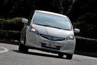 hybrid может быть оснащен специальными экологическими шинами. 100-килограммовая аккумуляторная батарея улучшает баланс автомобиля, а мягкие шины повышают ощущение комфорта при езде. правда, на следующий год запланирован выпуск новой бензиновой mazda demio, расход топлива которой будет достигать 30 км/л. а для европы, где ограничение на выхлопные выбросы составляет 104 гр/км, как нельзя кстати подойдет новая модель от nissan, оснащенная 1,3-литровым двигателем с турбокомпрессором, расход топлива которой будет составлять целых 95 км/л. все эти факторы вряд ли будут способствовать росту популярности гибридов в ближайшем будущем.