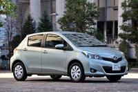 стоимость комплектации «f smart stop» с 1,3-литровым мотором, оснащенным системой «старт-стоп», составляет 1 350 000 иен (около $16 260). комплектация «f» без системы «старт-стоп» стоит 1 290 000 иен (около $15 540), что дешевле на 60 000 иен (около $720). грани и подштамповки спереди и сзади, а также по бокам кузова навевают мысли о toyota prius. в задней части это нововведение служит для улучшения аэродинамики автомобиля, спереди это только дань дизайну. размер шин - 165/70 r14, колеса оснащены пластиковыми колпаками. исключение составляют комплектации «u» (передний/полный привод) с шинами 175/65 r15 и «rs» с шинами 195/50 r16 и алюминиевыми дисками.