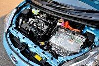 в моторном отделении все детали расположены максимально сжато и компактно. модель оснащена 1,5-литровым двигатель аткинсона. для сокращения расхода топлива он был оборудован электрическим водяным насосом. автомобиль также оборудован системой рециркуляции охлажденных выхлопных газов. на переднем плане можно увидеть блок управления питанием. к его оптимизации отнеслись с особой тщательностью, уделив внимание каждой мелочи: от конденсатора до транзисторов. в результате его объем по сравнению с prius стал меньше на 12%, а масса снизилась на 1,1 кг. в целом toyota aqua может похвастаться целым букетом нововведений и улучшений: реализована система непосредственного охлаждения биполярных транзисторов, оптимизирован преобразователь мощности, система hybrid transaxle стала компактней, установлен новый электромотор.