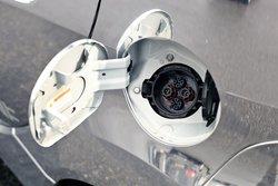 Две «заправочные горловины» расположены симметрично по бортам автомобиля, за задними дверями. Так же, как и в Leaf, одна заведует зарядкой от бытовой электросети, вторая — от высокопроизводительной «колонки»