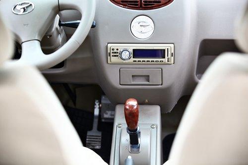 Режимов движения у трансмиссии E-Car GD04 всего два — вперед и назад. На практически голой центральной консоли единственное «пятно» — одинокая «однодиновая» магнитола