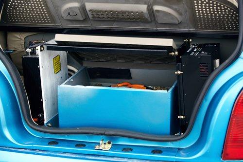 Багажник отсутствует как класс. Все пространство занимают аккумуляторы и контроллеры. Со слов представителей компании, на следующей версии автомобиля такого уже не будет — батареи переедут под капот на место запасного колеса