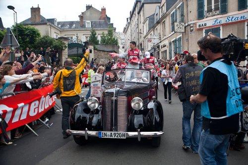 Экипаж Ауди-победительницы Лемана 2013 во время Парада Пилотов раздает сувениры и автографы