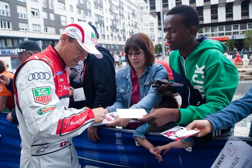 Будущий герой гонки Том Кристенсен раздает автографы своим поклонникам