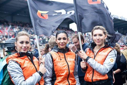 Команду G-Drive Racing поддерживали очаровательные девушки, одетые в цвета команды