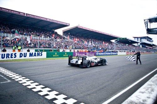 Финиш в Лемане происходит не так, как в других гонках. Здесь судья выходит на финишную прямую с клетчатым флагом, а автомобили сбавляют ход незадолго до главной отметки. Обгонять тут уже не принято