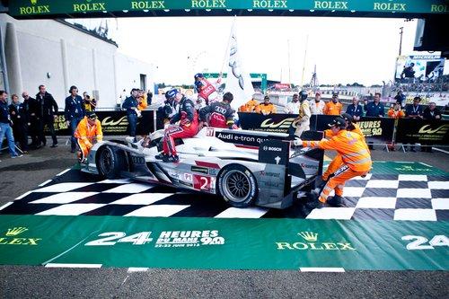 Машину-победителя в абсолюте закатывают вручную на специальную зону под подиумом