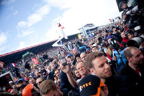 По традиции марафона зрителей с трибун выпускают к подиуму перед началом награждения