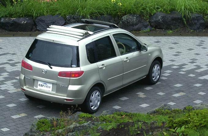обзор автомобиля mazda demio, 2002