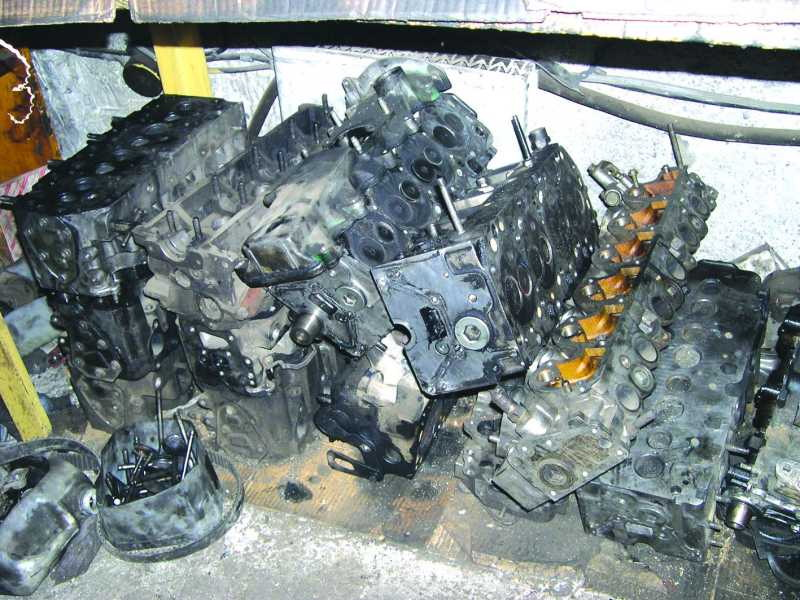 передней части двигателя.