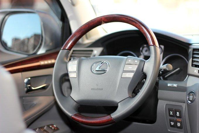Lexus LX570.