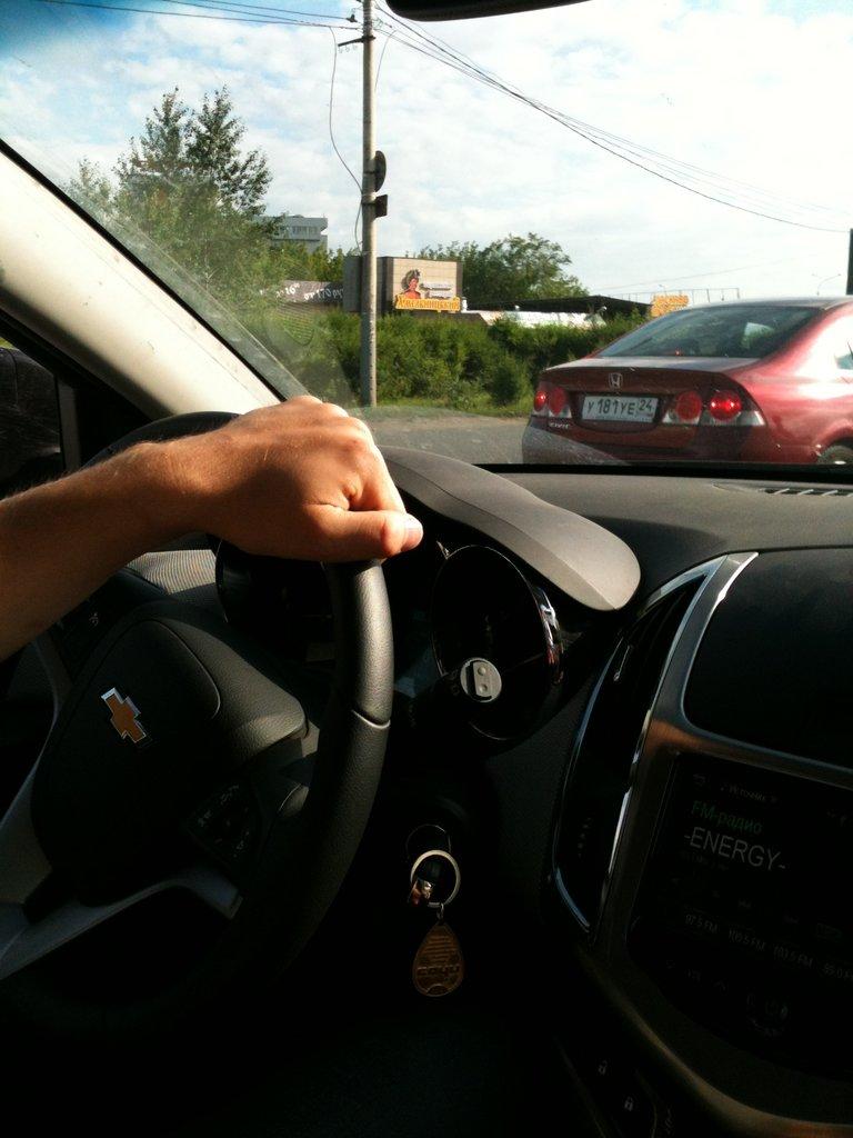 Фото девушки за рулем шевроле лачетти