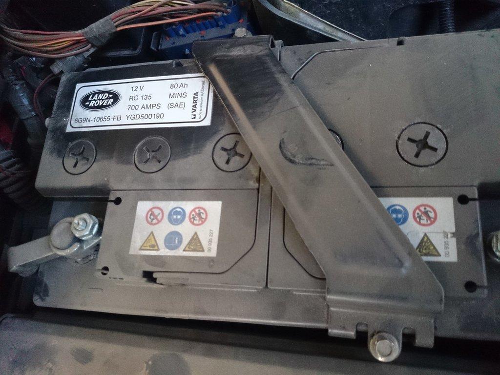 Где находится аккумулятор на рендж ровер вог