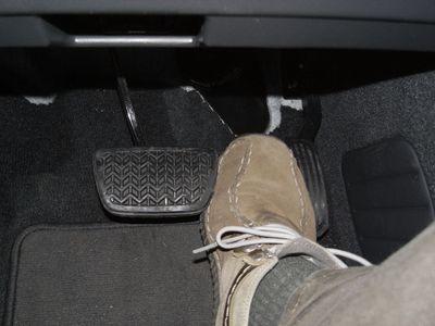 Не отрывая пятки, перекинуть ногу с газа на тормоз очень сложно, педали находятся на разном уровне, чтобы ботинок не цеплялся за край педали, ногу приходится отрывать от пола