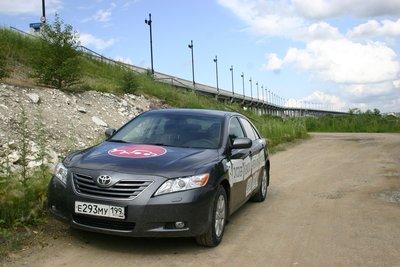 Русская Камри возле моста через Амур