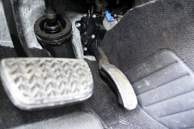 Исправный узел педали акселератора определяется по наличию металлицеских саморезов с левого боку