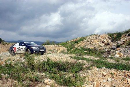 Я не ожидал, но Камри без проблем забралась на холм по каменистой дороге
