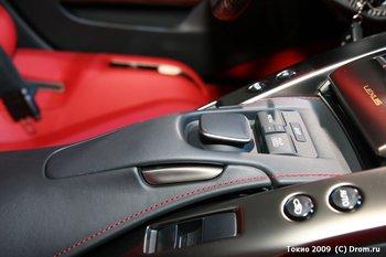 Lexus LFA. Основной элемент управления - джойстик в виде привычной многим компьютерной мыши. Мы проверили - очень удобно