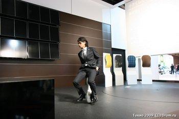 Сотрудник компании Honda катается на новом изобретении