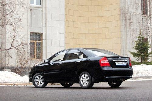 Внешность Solano, как у агента разведки, неприметна. В то же время автомобиль походит на все недорогие седаны сразу. Черный цвет еще больше усиливает этот эффект.