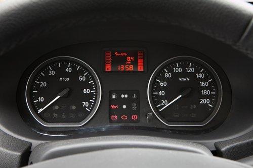 Комбинация приборов, как и многое другое в салоне, заимствована у Renault Logan. К информативности претензий нет, но очень уж серо и скучно. Индикацию поворотников хотелось бы раздельную.