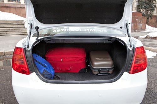 Багажник FAW легко примет тот же самый набор предметов (60-литровой канистры на фото нет, но она входит). Запаса свободного пространства при этом будет меньше, зато можно откинуть спинку сиденья и разместить часть груза в салоне.