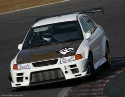 Во время квалификации этот Mitsubishi Lancer Evolution V показал лучшее время в R-классе, в который входят нетурбированные автомобили с объемом двигателя свыше 2 800 кубических сантиметров, турбированные авто с двигателем свыше 1 500 кубических см.