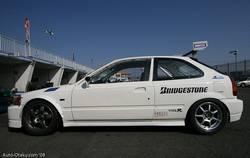 Honda Civic Type-R в кузове EK9 – еще один интересный автомобиль, который принимал участие в классе нетурбированных автомобилей. Он укомплектован передними стоковыми шинами от Nissan Skyline GT-R R32.