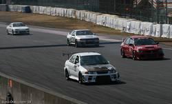 В R-классе белый Evo V стартовал с поул-позиции и был явным фаворитом. Но не судьба. Что-то в машине поломалось, и Эво сошел с дистанции. Первым пришел девятый эволюшен красного цвета, за ним – родстер от Mazda.