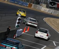 Последней гонкой дня стало соревнование между быстрейшими в классе атмосферных моторов, т.е. между теми автомобилями, которые проходили полный круг менее чем за 1 минуту и 4 десятых секунды. Желтый Honda Civic от мастерской «Yellow Factory» стартовал с поул-позиции. Сразу за ним шел Toyota Corolla Levin от мастерской «Techno Pro».