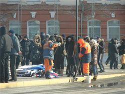 31 января во Владивостоке проходил митинг в поддержку антикризисных мер правительства, сегодня подобные мероприятия пройдут во многих городах нашей страны. По окончании митинга, в котором принимали участие в основном студенты и бюджетники можно было наблюдать вот такую картину.