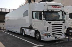 На этом грузовике FIA GT1 Nissan GT-R был привезен на трек.