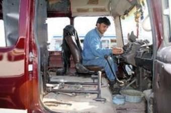 Всплеск активности сервисов по переносу руля в Афганистане продиктован решением правительства о том, что автомобили с правым рулем опасны.