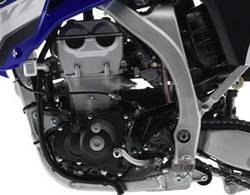 Видимые части картера двигателя Yamaha YZ  2008 года выкрашены в матово-черный цвет