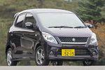 На снимке — автомобиль Suzuki Cervo SR. Его сразу можно отличить от других моделей по особому дизайну переднего бампера и деталям, группирующимся вокруг передней декоративной решетки. Он появился на свет в ходе малой модернизации всего семейства Cervo и, как видите, внешне существенным образом отличается от модели TX, которая ранее считалась самой дорогой машиной этого семейства. Передние фары — разрядного типа, на других моделях Cervo таких нет. Продажная цена SR превышает стоимость TX на 171 тысячу иен. Например, изображенный на фотографии автомобиль имеет ряд опций, в частности, повторители сигналов поворотов на тыльной стороне дверных зеркал заднего/бокового вида, а также кожаные сидения внутри салона. Так вот, такой автомобиль обошелся бы владельцу в 1 млн. 470 тысяч иен ($12950).