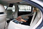 У заднего пассажира четырехместной длиннобазной версии своя панель управления микроклиматом и аудиосистемой. А еще можно закрыть шторки на окнах и даже отодвинуть переднее сиденье. В дальней дороге к услугам хозяина шикарного лимузина кресла с массажем, аудиосистема «Марк Левинсон» с 19 динамиками, DVD-чейнджер и 9-дюймовый монитор.