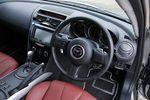 Коробка передач автомобиля Mazda RX-8 Type E представляет собой 6-ступенчатый активный «автомат» новой разработки, который может действовать в режиме прямого включения (Direct Mode). В частности, когда рычаг управления стоит в положении D, и, следовательно, передачи включаются и выключаются автоматически, водитель, пользуясь подрулевыми переключателями, может подобрать и на время включить нужную передачу, например, чтобы снизить скорость на начальной стадии поворота. Однако после того как скорость упадет, и поворот будет пройден, коробка, как ни в чем ни бывало, возвращается к работе в обычном режиме D.