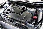 На снимке представлено подкапотное пространство, где располагается 6-цилиндровый V-образный двигатель, неважно какой — VQ25DE или VQ35DE, поскольку по размеру и по внешнему виду они совершенно одинаковые. Причем, что интересно, масса у них тоже практически одна и та же.