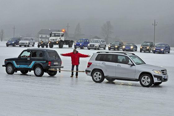 Сможет ли «Лада Нива» сдвинуть с места корову на льду? Исконный русский выступает в нашем тесте против Mercedes GLK.
