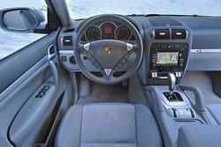 Прямо за рычагом переключения передач пилот Cayenne найдет кнопки для выбора режима движения. Но Cayenne может сделать это автоматически.