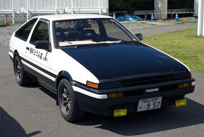 Некоторые из АЕ86 были в шокирующем состоянии, одним из лучших был раскрашенный под панду выставочный экземпляр Initial D от Car Land, который имитировал знаменитый черно-белый Sprinter Trueno и даже имел надпись на водительской двери Fujiwara Toufu-ten