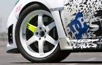 Блок использует шины 265/35ZR18 BFGoodrich g-Force KDW во время съемок; мы испытывали автомобиль с этими шинами в тестах на управляемость, но для разгона заменили их на шины с радиальным кордом для драга.
