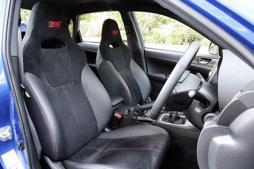 Модель WRX STI оснащена сидениями ковшового типа с красным логотипом STI. При желании их можно заменить сидениями марки RECARO.
