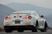 club track edition создан на базе модели 2011 года с добавлением ряда спортивных деталей. автомобиль подготовлен совместно компаниями nissan, nismo, nova engineering и nordring tuning. приобрести его может только полноправный член престижного клуба «gt-r». для вступления в клуб необходимо внести 1 000 000 иен (около $12 200), а ежегодные взносы составляют 2 000 000 иен (около $24 400). помимо этого, ежегодная плата за техническое обслуживание составляет 1 000 000 иен (около $12 200). и, тем не менее, это не такая уж и большая плата за содержание гоночного автомобиля.