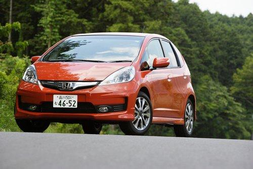 Модель Honda Fit Hybrid RS совместила в себе экономичность гибридного автомобиля и спортивный характер. Даже эмблема у нее состоит из двух частей.
