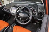 Рулевое колесо обтянуто натуральной кожей и прошито оранжевой строчкой, а приборная панель окрашена в темно-серый цвет. Также как и в бензиновой версии RS, спортивность здесь чувствуется в каждой детали.